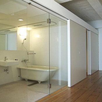 ガラス張りの浴室!お洒落!※写真は3階の同間取り別部屋のものです