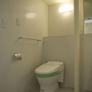トイレ、洗面台、お風呂は一緒の空間です。※写真は3階の同間取り別部屋のものです