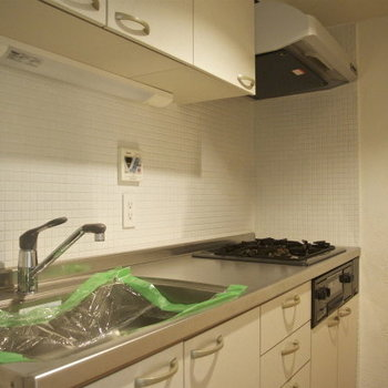 仕切り戸の奥にキッチンです※写真は3階の同間取り別部屋のものです