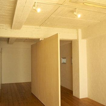 天井にはライティングレールとスポットライト※写真は3階の同間取り別部屋のものです