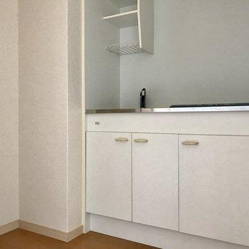 キッチンはややコンパクト。1人暮らしではちょうどいい ※写真は4階同間取り別部屋のものです