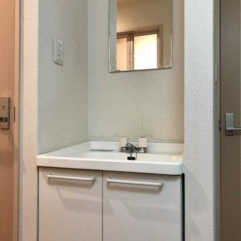 洗面台には鏡もちゃーんとあります ※写真は4階同間取り別部屋のものです