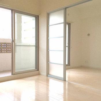 大きい窓から光がたくさん入ります ※写真は5階の同間取り別部屋のものです