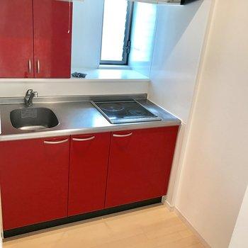 個室のようなキッチン。窓があるから換気がスムーズ。