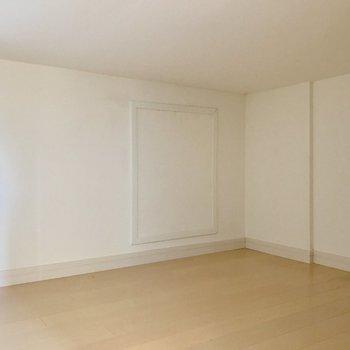 階段横の扉。踊り場の真下に広がる収納。成人男性2.5人くらい入れる広さ。