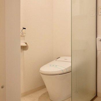 ガラスの壁が特徴的なトイレ。仕切られていてなんか良い。※ 写真は前回募集時のものです