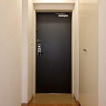 玄関はフラットタイプ。右手にはシューズボックスが。※ 写真は前回募集時のものです
