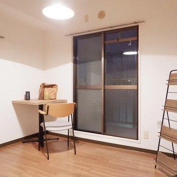 【洋室4.6帖】こちらも2面採光です。※家具・雑貨はサンプルです