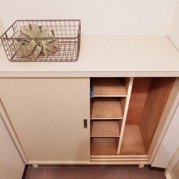 シューズボックス上に鍵や写真も置いておけますね。※家具・雑貨はサンプルです