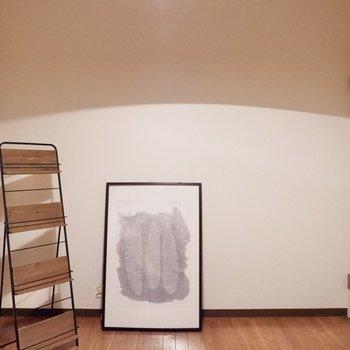 【洋室4.6帖】必要最低限のものだけを置いて、空間を広く使いましょう。※家具・雑貨はサンプルです