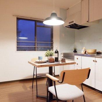 【DK】キッチン手前にダイニングセットを。※家具・雑貨はサンプルです