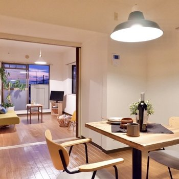 【DK】洋室との仕切りを開くと、開放的です。※家具・雑貨はサンプルです