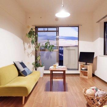 【洋室6帖】ソファで足を伸ばして。※家具・雑貨はサンプルです