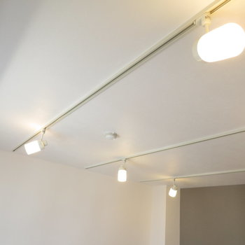 リビングの天井にはライティングレール