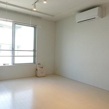 反対側は白壁※写真は5階の同間取り別部屋のものです