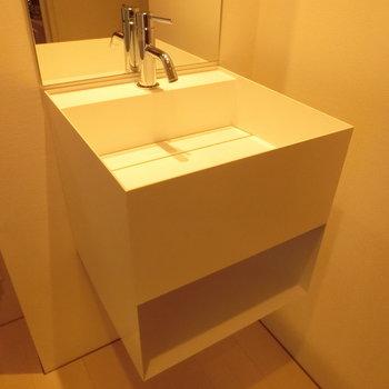 キューブ型のオシャレ洗面台※写真は5階の同間取り別部屋のものです