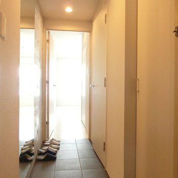 玄関から※写真は5階の同間取り別部屋のものです