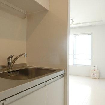 キッチン横から※写真は5階の同間取り別部屋のものです