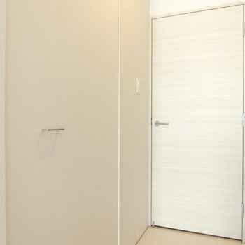 クローゼットの取っ手がおしゃれなんだな※写真は5階の同間取り別部屋のものです