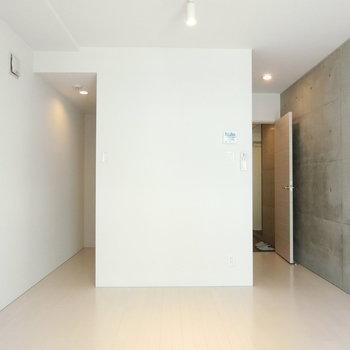 ホワイトとグレーのスッキリ空間※写真は5階の同間取り別部屋のものです