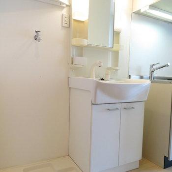 キッチン横に洗面台と洗濯機置き場