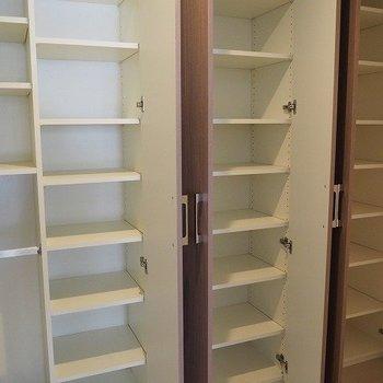 ビックリするぐらいの靴収納!※写真は2階の反転間取り別部屋のものです