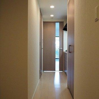 廊下に行ってみましょう※写真は2階の反転間取り別部屋のものです
