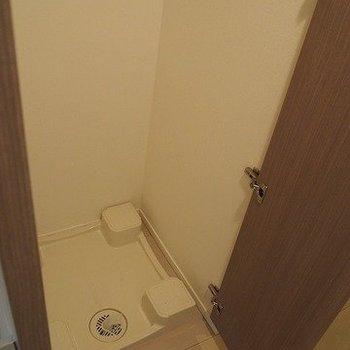 洗濯機は隠せます。※写真は2階の反転間取り別部屋のものです