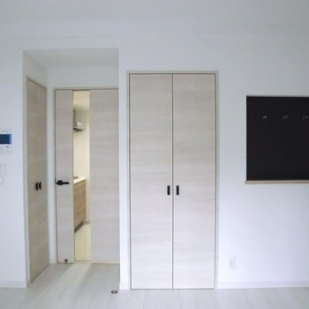 右の黒壁部分はフックがあります。帽子とかかけて。※写真は2階の同間取り別部屋のものです