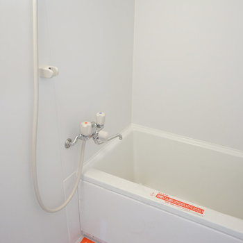 お風呂はコンパクト。※写真は1階の同間取り別部屋のものです