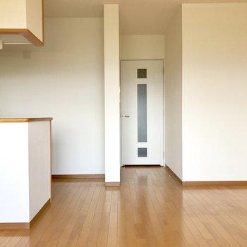玄関へ続く扉の開閉部分を気にせず家具を置けますね。(※写真は清掃前のものです)