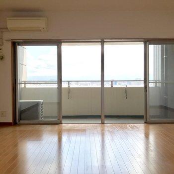 窓の範囲が広いから開放感◎(※写真は清掃前のものです)