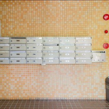 ポスト横には不要なチラシ類も回収してくれるゴミ箱も設置