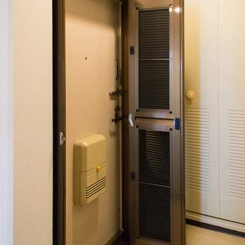 玄関は網戸扉付き