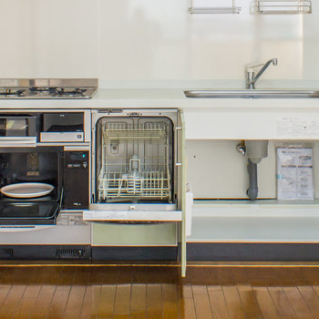 システムキッチンには電子レンジ、食洗機も備え付けてあります。