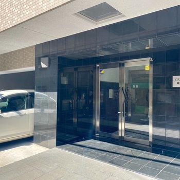 玄関横に駐車スペース。