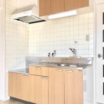 キッチンもお部屋と統一感のある木目調に。