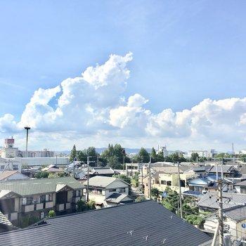 落ち着いた住宅街に青い空。眺望はgood!