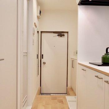 キッチン前を通って玄関へ