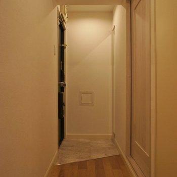 玄関もまずまずの広さ!※写真は同タイプの別室。