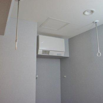 室内干し対応!脱衣所にクーラーあり◎※写真は同タイプの別室。