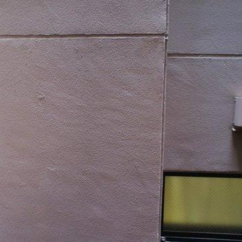 目の前はお隣さん。。※写真は同タイプの別室。