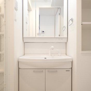 清潔感のある独立洗面!※写真は7階の同間取り別部屋のものです