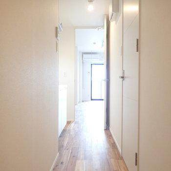 廊下も無垢。キッチンは廊下に。※写真は7階の同間取り別部屋のものです