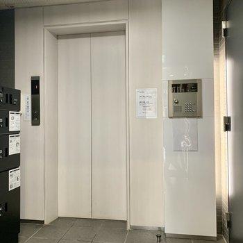 1階入り口。宅配ボックスの左にポストがあります