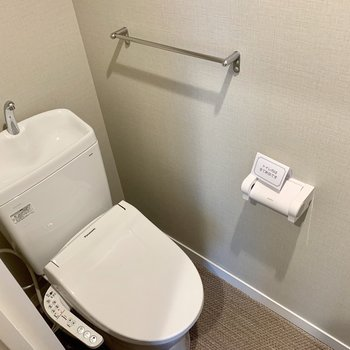 続いてお手洗い。上に収納棚がありました