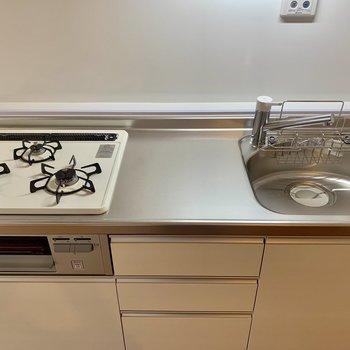 【DK】3口コンロ、調理スペース、オーブンまでついた欲張り仕様