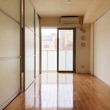 【LDK】床色が明るいので無垢材の家具が似合います