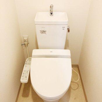 トイレは玄関の隣にあります※写真はクリーニング前のものです