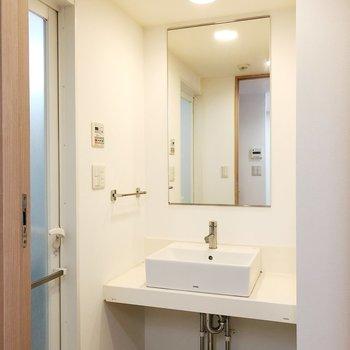 洗面台の横のスペースを利用して身だしなみグッズを収納したいですね